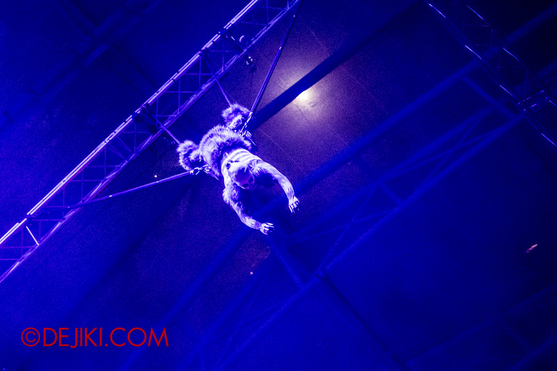 Halloween Horror Nights 4 - DEMONCRACY scare zone - THE EXORCISM street show - aerial skeleton stunts