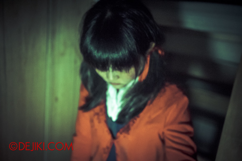 Halloween Horror Nights 4 - Jing's Revenge haunted house - Jing hiding under the stairs