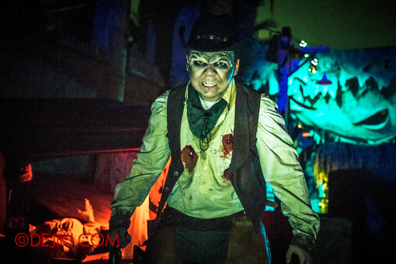 Halloween Horror Nights 4 - Canyon of the Cursed scare zone - Undead cowboy
