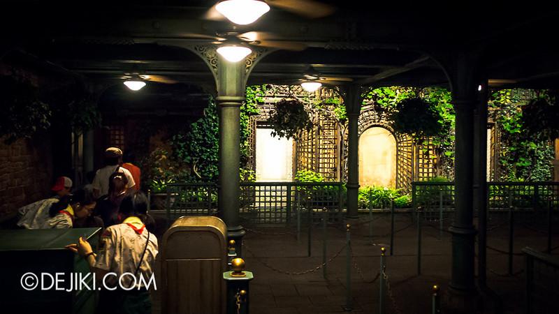 Tokyo Disneyland - Pooh's Hunny Hunt queue 3