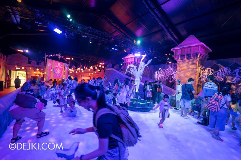 Hong Kong Disneyland - Frozen Village / Frozen Village Square of Arendelle - Snow Play Area 3