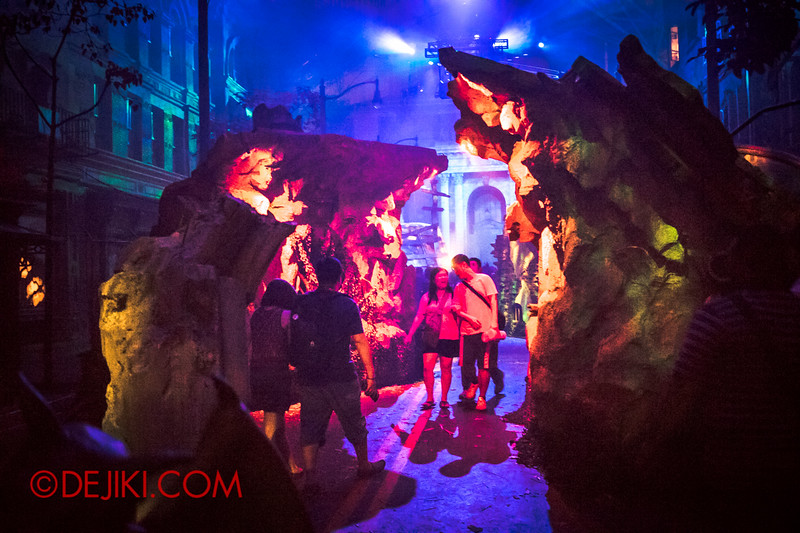 Halloween Horror Nights 4 - DEMONCRACY scare zone - Earth-shattering crack