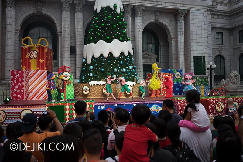Universal Studios Singapore - Sesame Street Saves Christmas 3