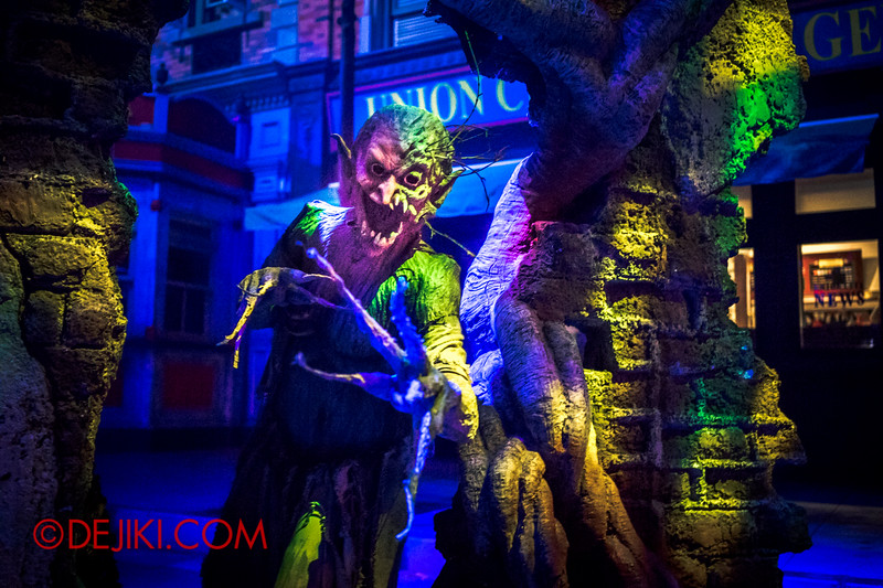 Halloween Horror Nights 4 - DEMONCRACY scare zone - Tree demons