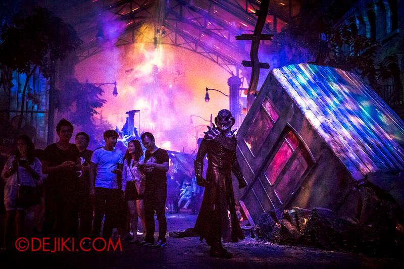 Halloween Horror Nights 4 - DEMONCRACY scare zone - Demon watches