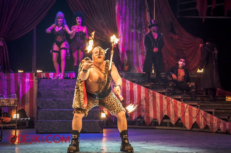 Halloween Horror Nights 4 - Jack's Nightmare Circus - The Animal / The Great Gordo Gamsby, an extreme stunt specialist / Extreme juggling 3