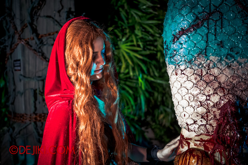Halloween Horror Nights 4 - Scary Tales scare zone - Red Riding Hood, The Huntress, with The Mermaid
