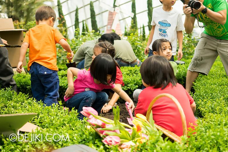 Tulipmania - Kids Planting Tulips 2