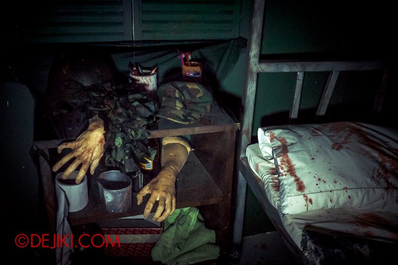 Halloween Horror Nights 4 - MATI CAMP haunted house - The bunk of horror