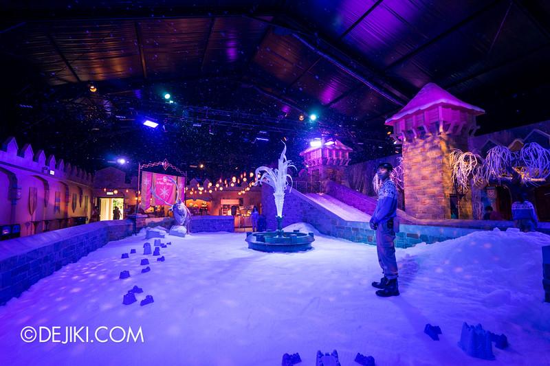 Hong Kong Disneyland - Frozen Village / Frozen Village Square of Arendelle - Snow Play Area