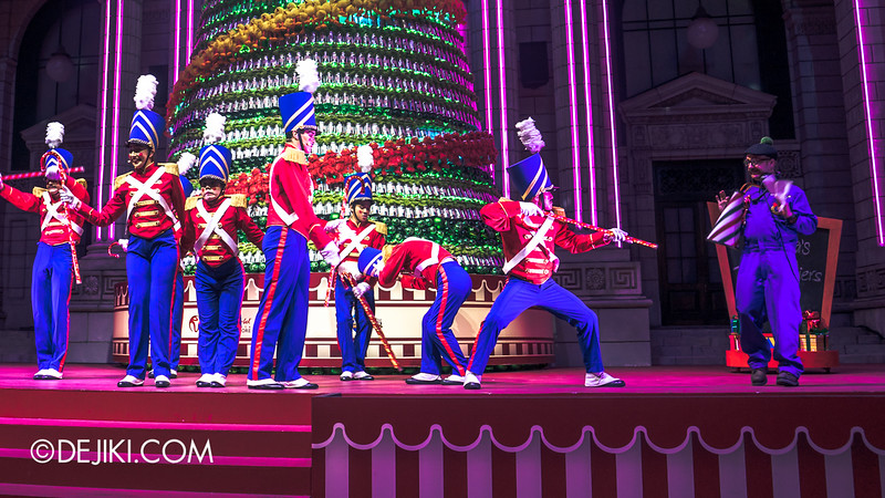 Universal Studios Singapore Christmas 2014 - Snowy Christmas at Santa's Land - Santa's Toy Soldiers / Changing of the Guard Show / Toy Soldiers pick a new song 3