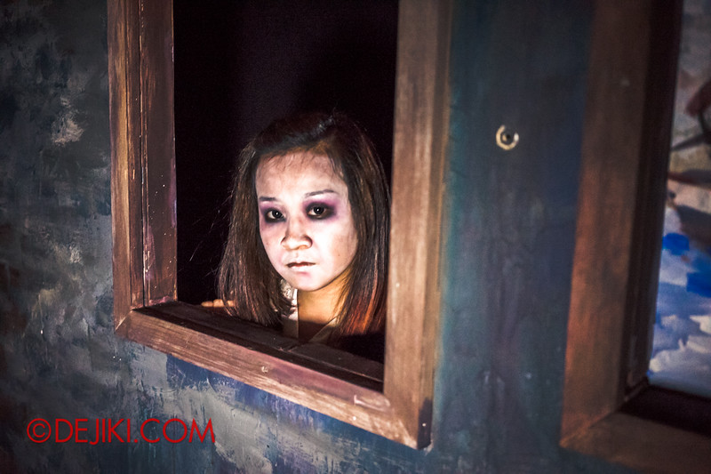 Halloween Horror Nights 4 - Jing's Revenge haunted house - The girl in the frame