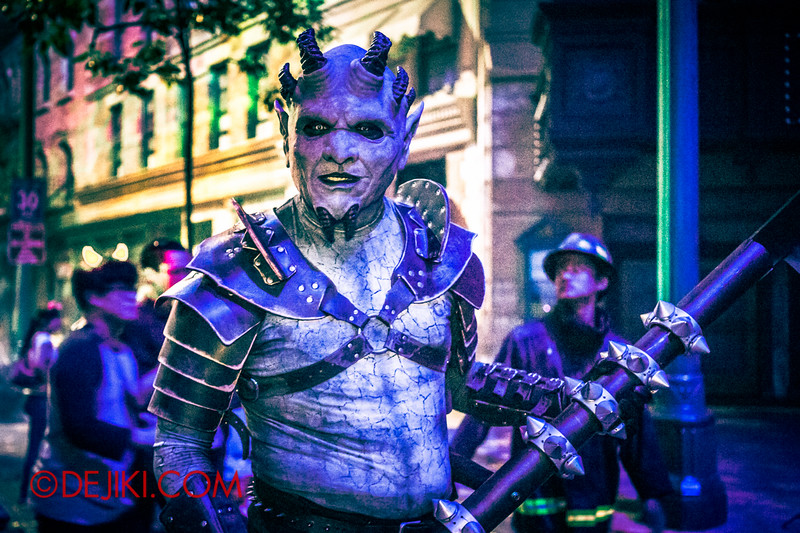 Halloween Horror Nights 4 - DEMONCRACY scare zone - The blue demon with scythe