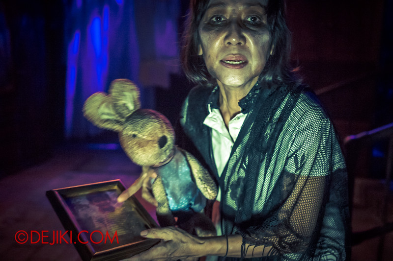 Halloween Horror Nights 4 - Bogeyman scare zone - the lost grandmother