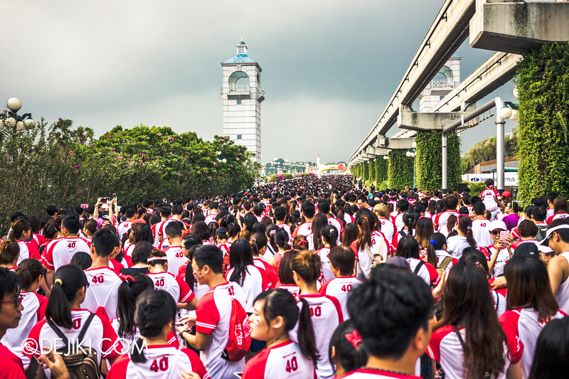 Hello Kitty Run Singapore - Crowds at the starting point of the race 5