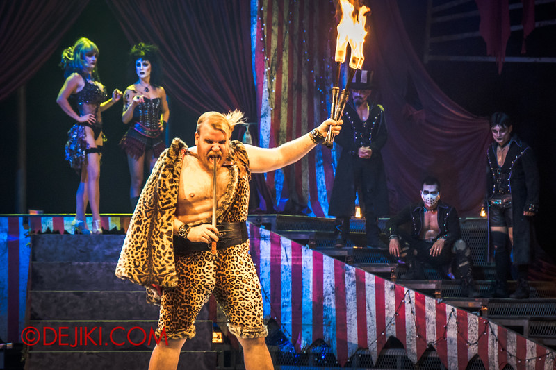 Halloween Horror Nights 4 - Jack's Nightmare Circus - The Animal / The Great Gordo Gamsby, an extreme stunt specialist / Extreme juggling 2