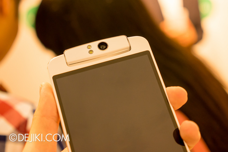 Oppo N1 - Swiveling camera, from front to back. Includes two-tone LED flash that can double as soft light.