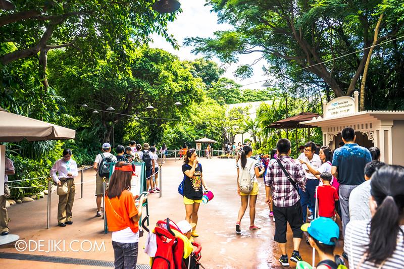 Hong Kong Disneyland - Frozen Village / Standby Entrance and Reservation Pass queue 2