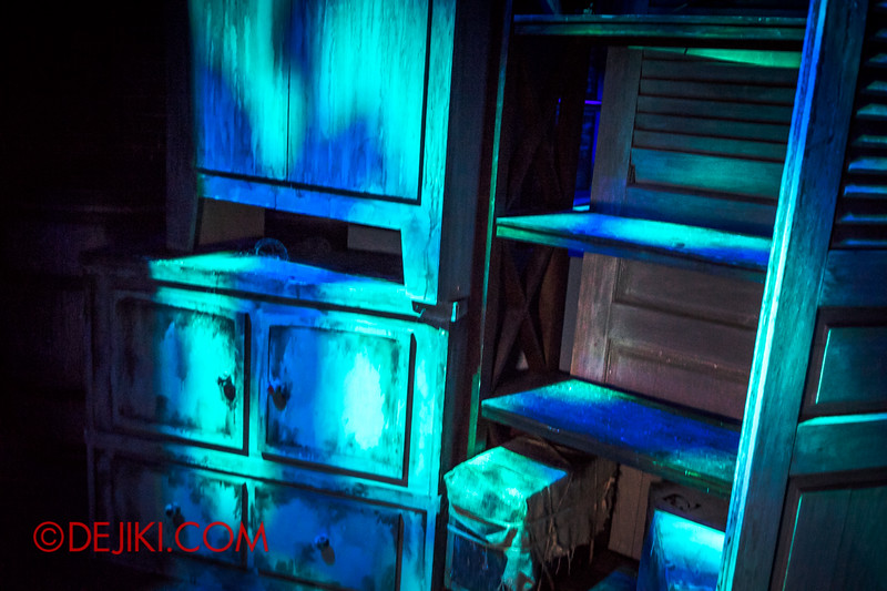 Halloween Horror Nights 4 - Bogeyman scare zone - open shelves