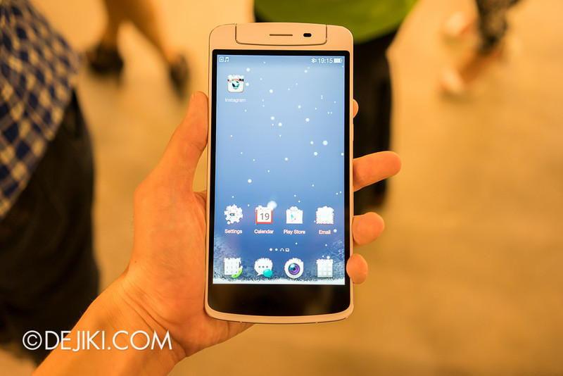 Oppo N1 - Live Weather, user interface is affected by weather. Snow falls on the screen and creates little, interactive snow mounds on icons. Interacts with gestures with physics.