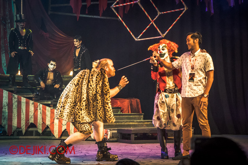 Halloween Horror Nights 4 - Jack's Nightmare Circus - The Animal / The Great Gordo Gamsby, an extreme stunt specialist / Removing the blade