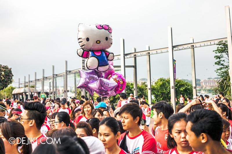 Hello Kitty Run Singapore - Crowds at the starting point of the race 3 Balloon