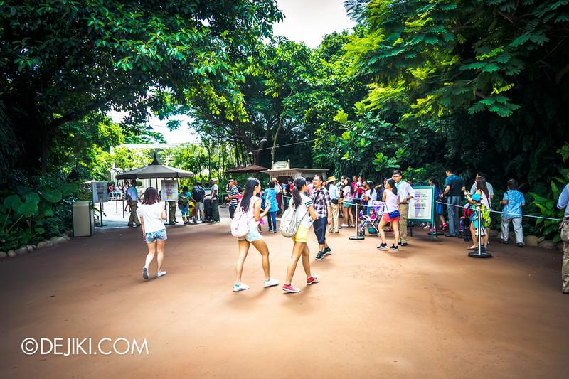 Hong Kong Disneyland - Frozen Village / Standby Entrance and Reservation Pass queue