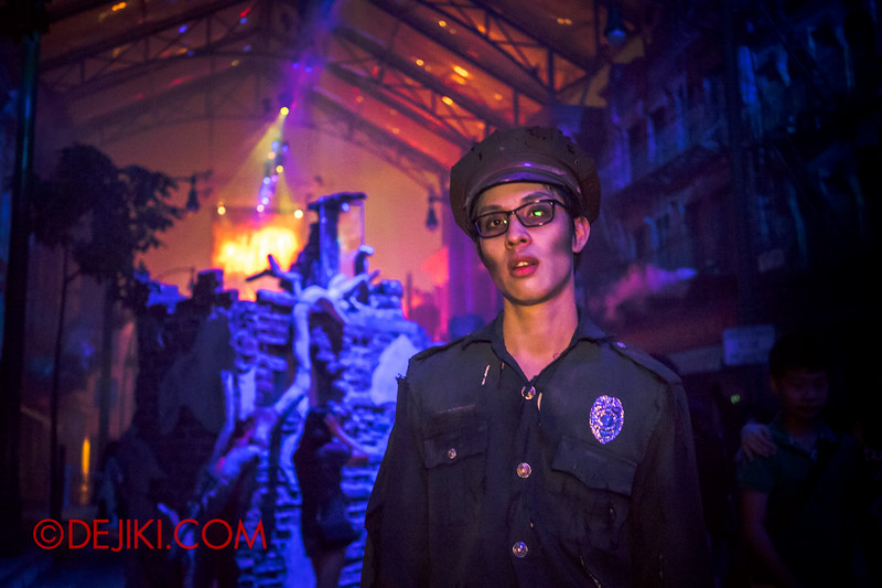 Halloween Horror Nights 4 - DEMONCRACY scare zone - Policeman in shock