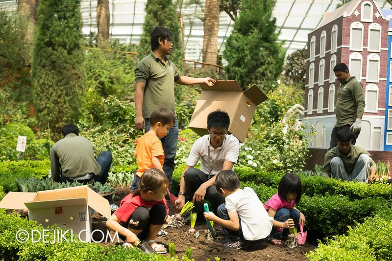 Tulipmania - Kids Planting Tulips 6