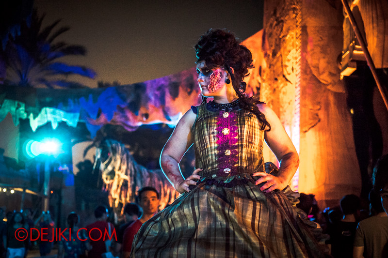 Halloween Horror Nights 4 - Canyon of the Cursed scare zone - The woman, profile