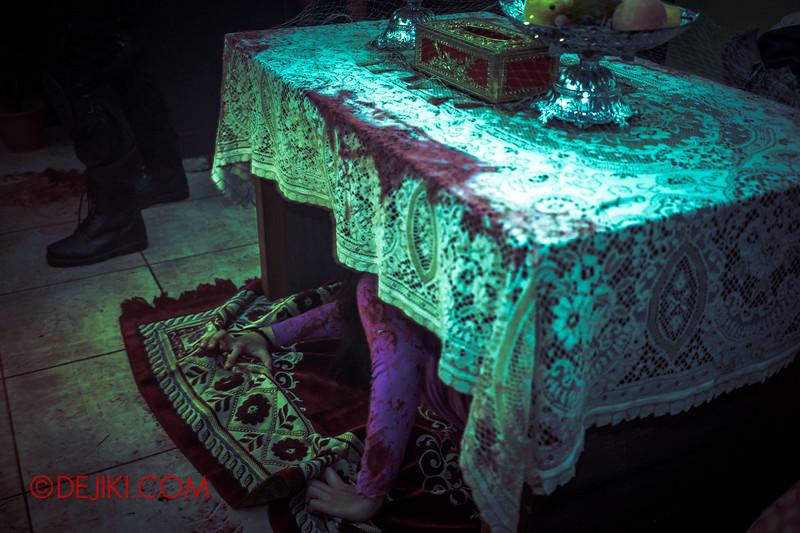Halloween Horror Nights 5 Haunted House - Siloso Gateway Block 50 / Inside the Malay home 2 - hands below...