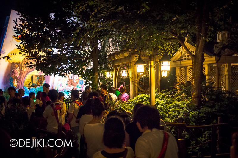 Tokyo Disneyland - Pooh's Hunny Hunt queue