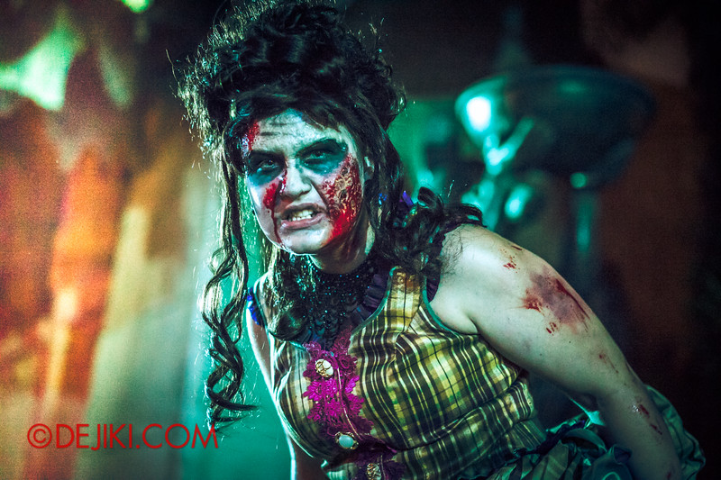 Halloween Horror Nights 4 - Canyon of the Cursed scare zone - Zombie Woman