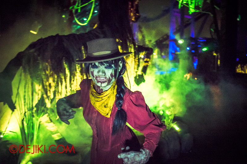 Halloween Horror Nights 4 - Canyon of the Cursed scare zone - undead girl