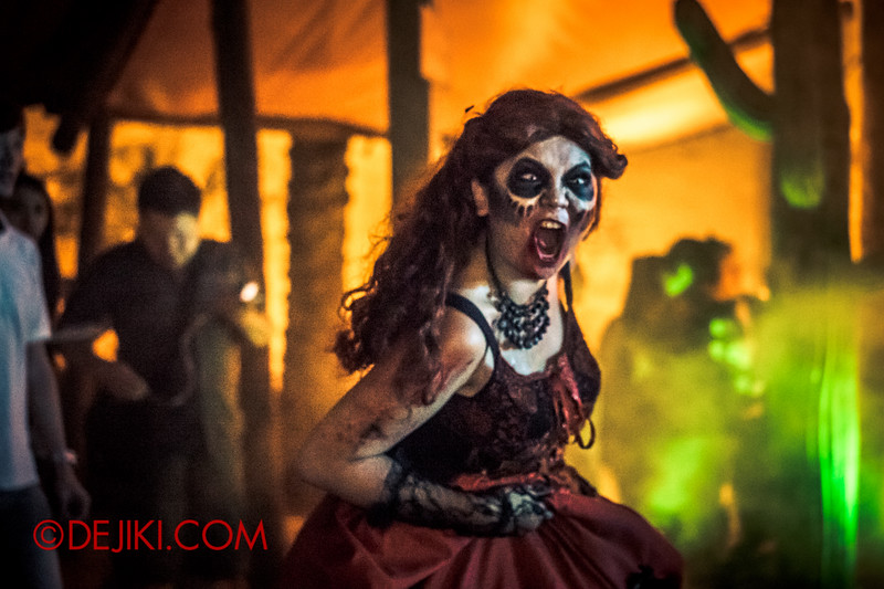 Halloween Horror Nights 4 - Canyon of the Cursed scare zone - Running woman