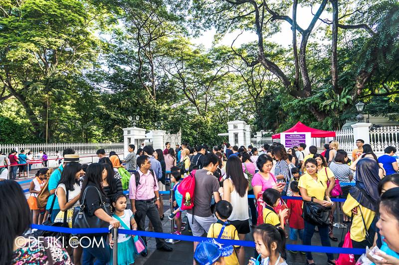 The Istana, Singapore - Entrance queue