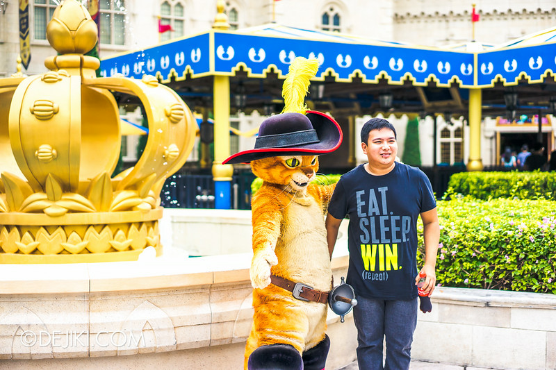Universal Studios Singapore - Park Update August 2014 - Puss in Boots meeting guests 3