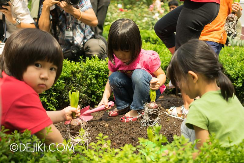 Tulipmania - Kids Planting Tulips