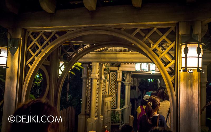 Tokyo Disneyland - Pooh's Hunny Hunt queue 2