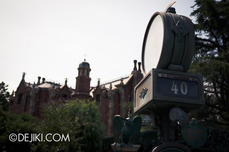 Tokyo Disneyland - Haunted Mansion: 40 minutes wait