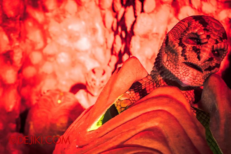 Halloween Horror Nights 4 - The L.A.B Laboratory of Alien Breeding - Alien emerging 2