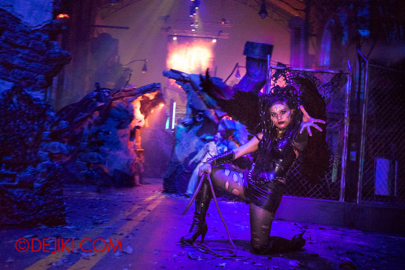 Halloween Horror Nights 4 - DEMONCRACY scare zone - Succubus tempts