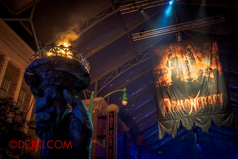 Halloween Horror Nights 4 - DEMONCRACY scare zone - The entrance 2