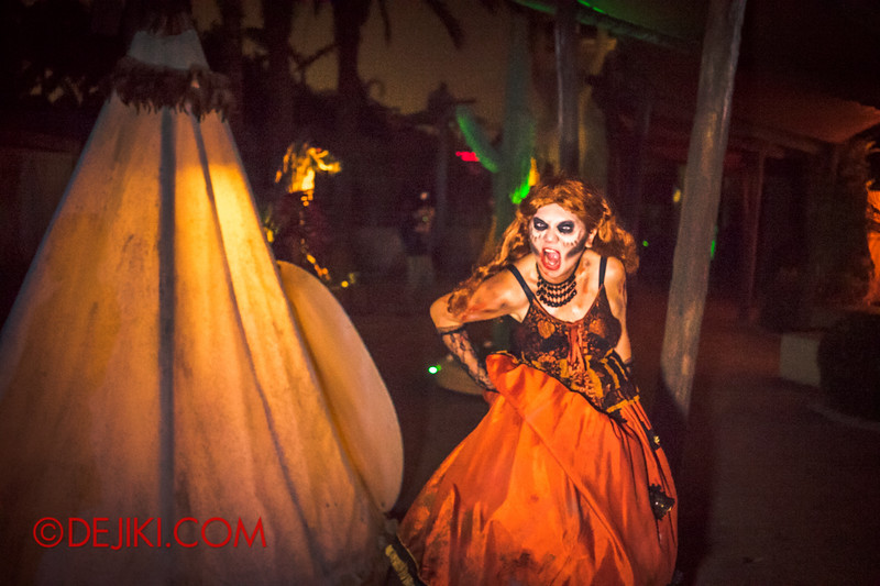 Halloween Horror Nights 4 - Canyon of the Cursed scare zone - Deranged woman