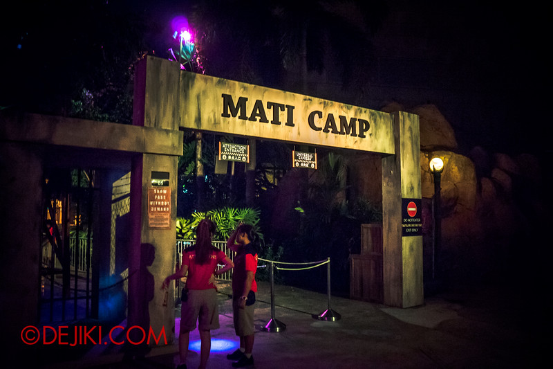 Halloween Horror Nights 4 - MATI CAMP haunted house - The gates to camp, empty