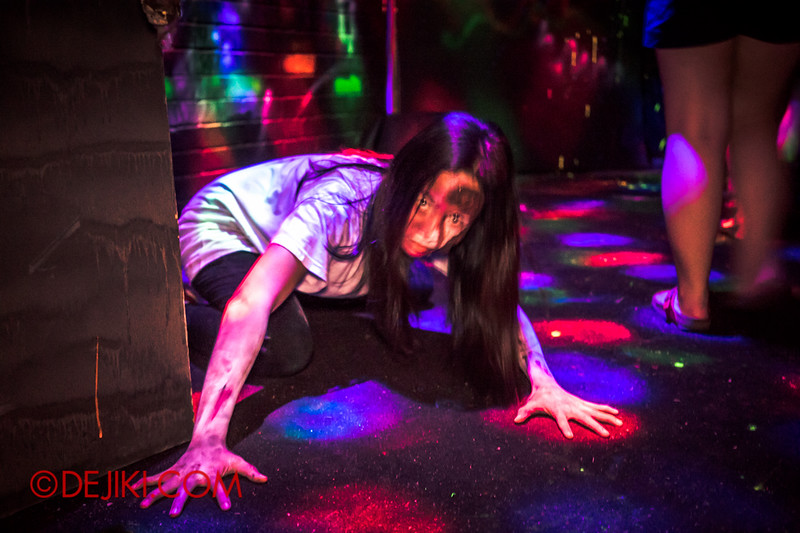 Sentosa Spooktacular 2014 - COUNTDOWN Haunted House / 3D maze - girl on floor