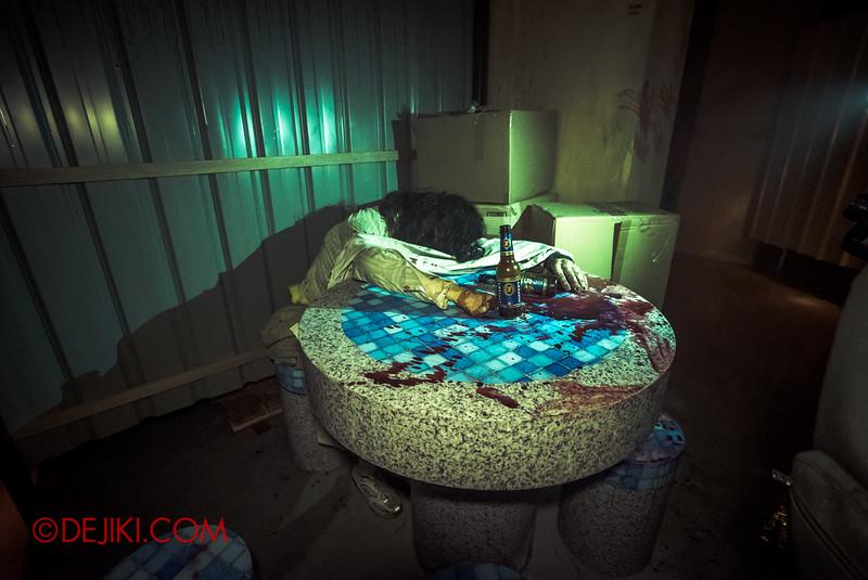 Halloween Horror Nights 5 Haunted House - Siloso Gateway Block 50 / Dead at Void Deck