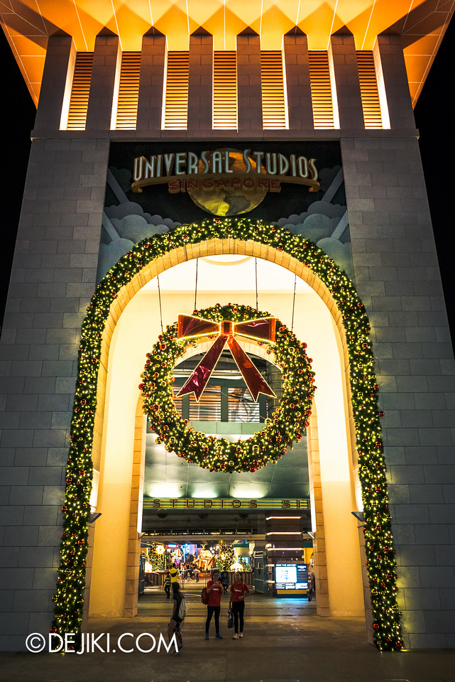 Universal Studios Singapore - Park Update December 2015 / Universal Arch with Garlands and Wreath