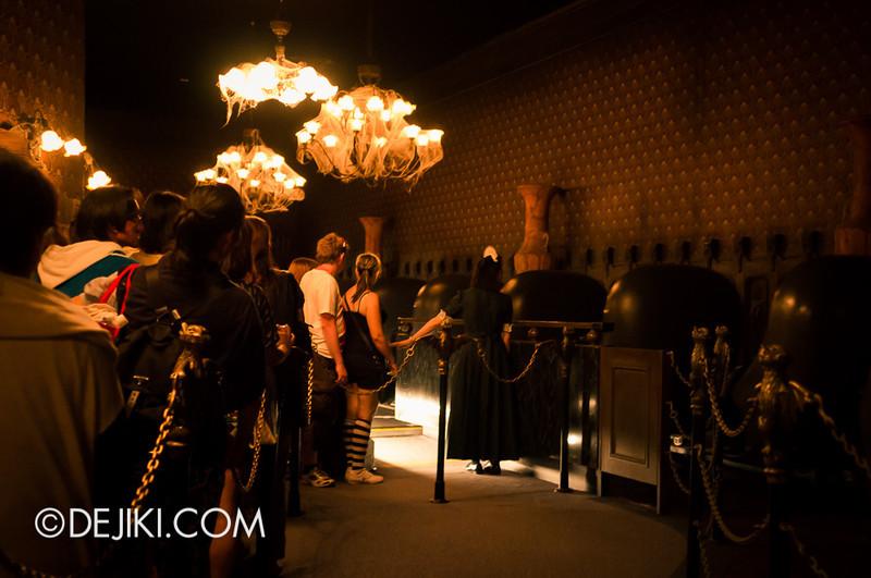 Tokyo Disneyland - Haunted Mansion: Loading Platform