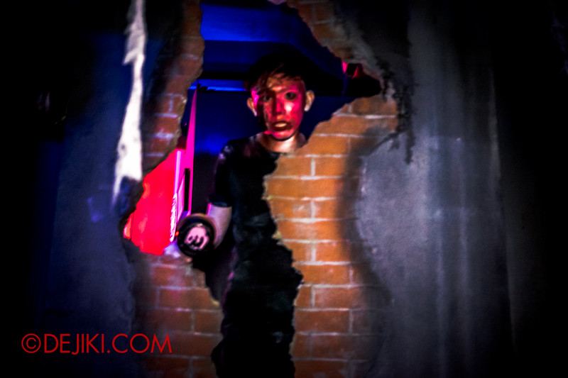 Sentosa Spooktacular 2014 - COUNTDOWN Haunted House / crawling to the other side